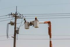Électriciens sur une grue Photo libre de droits
