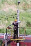 Électriciens travaillant avec des lanternes d'éclairage routier Photos libres de droits