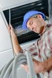 Électriciens travaillant dans le plafond Image stock