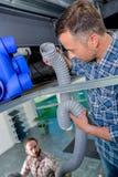 Électriciens travaillant dans le plafond Photographie stock