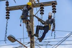 Électriciens travaillant ensemble Image libre de droits