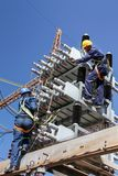 Électriciens travaillant sur les lignes électriques à haute tension Photo libre de droits