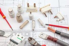 Électricités, assurance, tournevis, câbles cuivre Photos stock