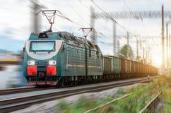 Électrique locomotif avec un train de fret à la grande vitesse monte par chemin de fer Photographie stock