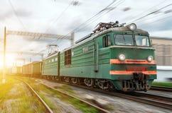 Électrique locomotif avec un train de fret à la grande vitesse monte par chemin de fer Photographie stock libre de droits