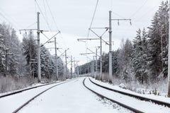 Électrique piquez-vous le chemin de fer dans la forêt d'hiver Photo stock