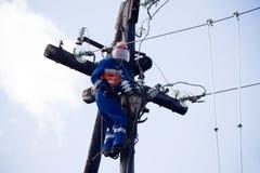 Électrique travaille à un pôle Photo stock