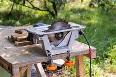 Électrique a vu l'outil de table pour le boisage avec l'espace libre Photographie stock