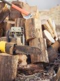 Électrique a vu la chaîne sur le fond du bois de construction scié Photographie stock