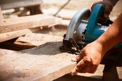 Électrique a vu le bois de coupe Image libre de droits