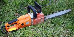 Électrique a vu le plan rapproché sur l'herbe verte Photographie stock libre de droits