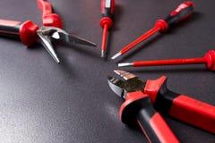 Électriquement instrument jusqu'à 1000 volts Ensemble d'outils d'électricien sur le fond noir Photographie stock