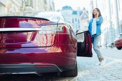 Électro automobile moderne étant garée dehors Photographie stock libre de droits