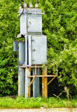 Électro boîte de transformateur sur un fond des arbres Image libre de droits