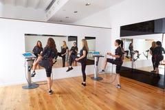 Électro exercices de femmes de stimulation de SME Photographie stock