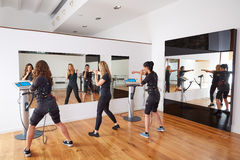 Électro exercices de femmes de stimulation de SME Photo libre de droits