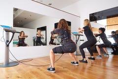 Électro exercices de femmes de stimulation de SME Photos stock