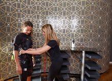 Électro femmes de costume d'entraîneur de stimulation de SME Photographie stock libre de droits