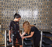 Électro femmes de costume d'entraîneur de stimulation de SME Photographie stock