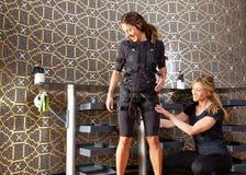 Électro femmes de costume d'entraîneur de stimulation de SME Images libres de droits