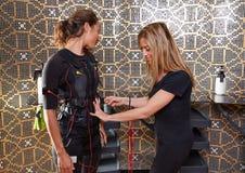 Électro femmes de costume d'entraîneur de stimulation de SME Photos stock
