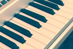 Électro plan rapproché de piano de clavier toned Photographie stock libre de droits