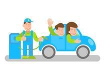 Électro ravitaillement de voiture avec les personnes heureuses Photos libres de droits
