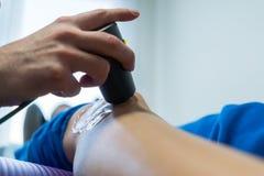 Électro stimulation employée pour traiter la douleur Photographie stock