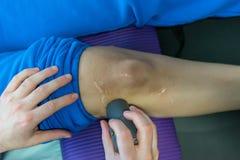 Électro stimulation employée pour traiter la douleur Photographie stock libre de droits