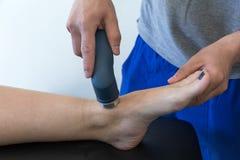 Électro stimulation employée pour traiter la douleur, blessures de muscles, tension photos libres de droits