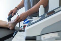 Électro stimulation employée pour traiter la douleur, blessures de muscles, tension photo libre de droits