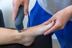 Électro stimulation employée pour traiter la douleur, blessures de muscles, tension photographie stock libre de droits