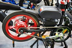 Électro vélo sur le banc d'essai dans le magasin Photos stock