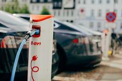Électro voiture dans la recharge de ville Images libres de droits