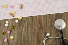 Électrocardiogramme avec les pilules et le stéthoscope Photos libres de droits
