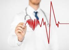 Électrocardiogramme de dessin de docteur sur l'écran virtuel Images libres de droits