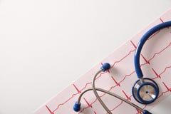 Électrocardiogramme et stéthoscope sur la vue supérieure blanche de table Photographie stock libre de droits