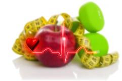 Électrocardiogramme sur le fond des haltères, de la pomme rouge et du mode de vie sain de mesure de concept de bande Images libres de droits