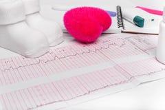 Électrocardiographie, en gros plan Carnet enceinte Le résultat de consulter un docteur photos stock