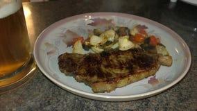 Électrodéposition up/serving le biftek et les légumes banque de vidéos