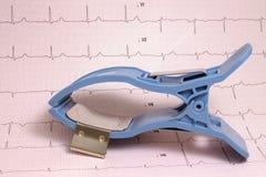 Électrode de membre d'ECG sur le papier d'ECG avec l'enregistrement Photo libre de droits
