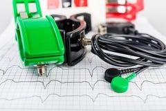 Électrodes d'ECG sur l'électrocardiogramme Photographie stock