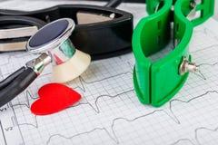 Électrodes d'ECG sur l'électrocardiogramme Photos libres de droits