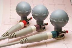 Électrodes de ballon d'ECG avec l'enregistrement d'ECG sur le papier Images stock
