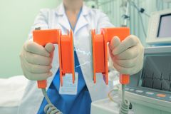 Électrodes de Cardioverter dans les mains du docteur féminin Photo stock