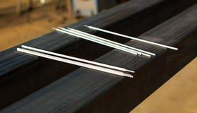 Électrodes de soudure sur un grand morceau de métal Photographie stock