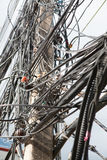 Électronique et câblez la ligne, fil chaotique sur le poteau avec le backgro de ciel Image stock