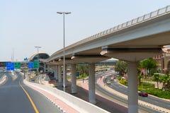 Élevé, voie de train de monorail le long d'une route métropolitaine importante Photographie stock libre de droits