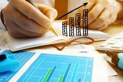 Élevage d'affaires L'homme d'affaires analysent des bilans financiers Photo stock