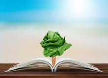 Élevage de papier d'arbre du livre sur la table Photographie stock